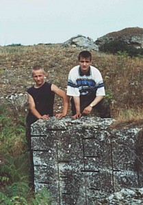 На подорванных каменоломнях Виталий Завалка и Александр Павельев. Экспедиция Аджимушкай 2002 г.