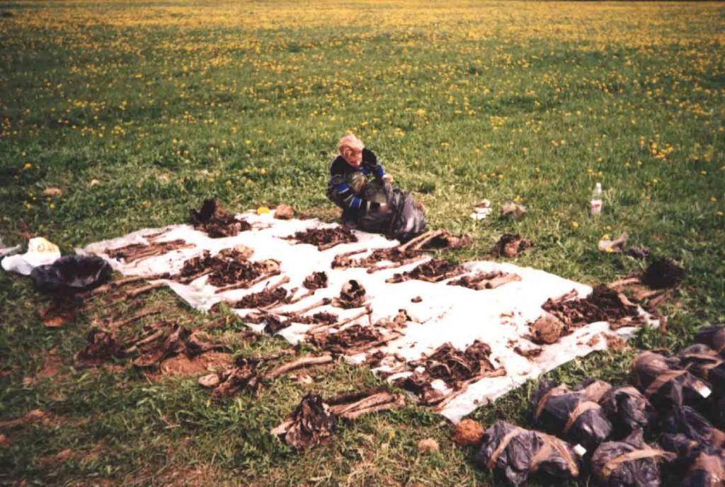 Эксгумированные останки советских воинов. Березино апрель 2004 г.