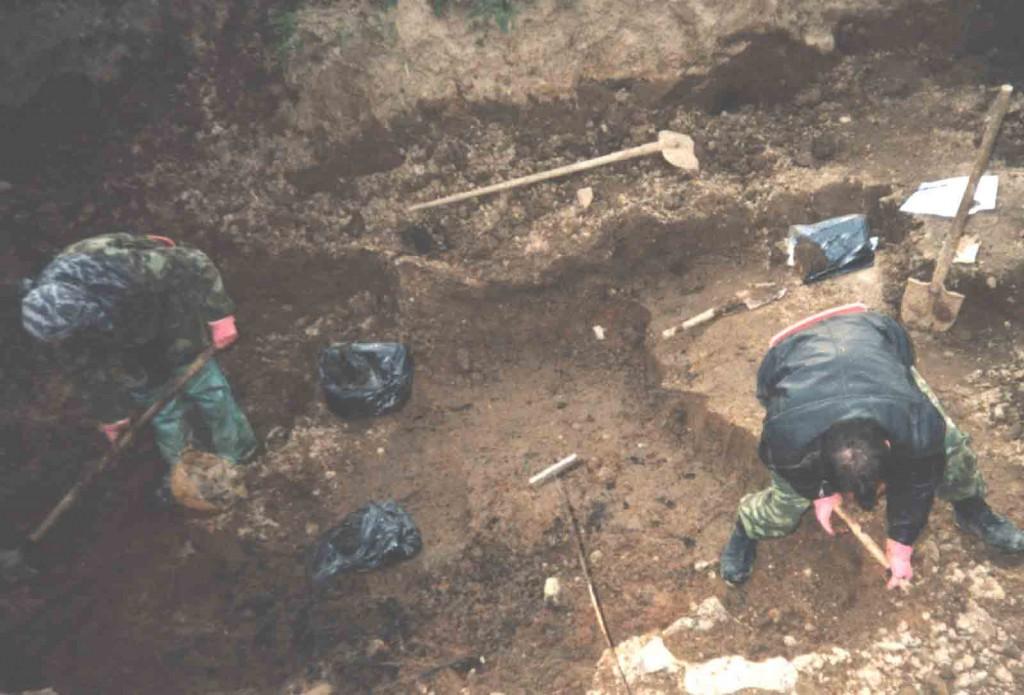 Раскопки санитарного захоронения. Березино апрель 2004 г.