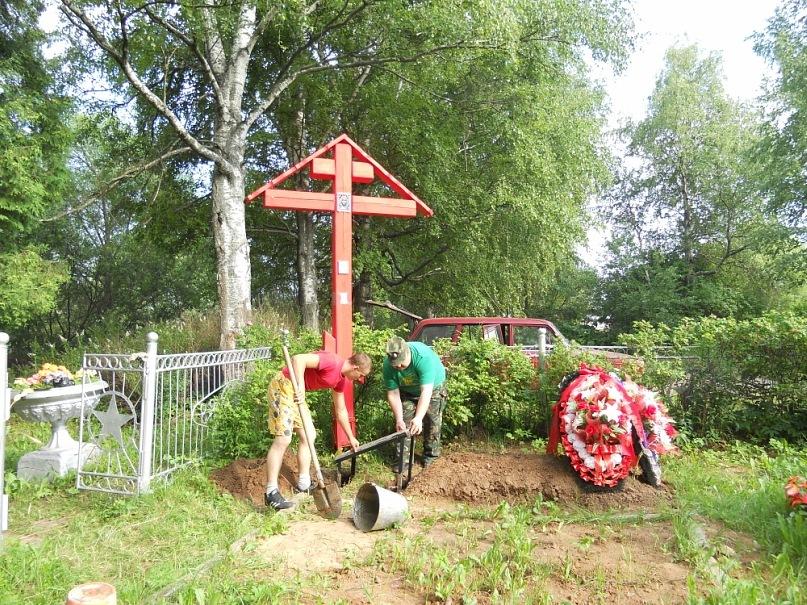 Установка памятной плиты на могиле советских воинов воинского захоронения в д. Борщево Клинскоо района Московской области.